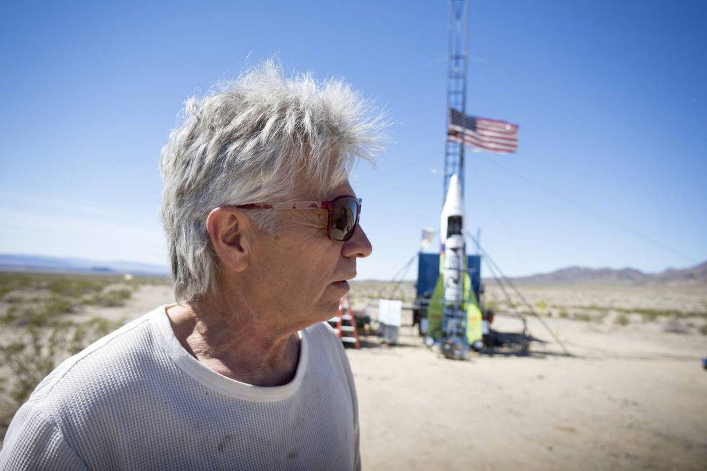 Mike Hughes momentos antes da decolagem em Bartow, California.