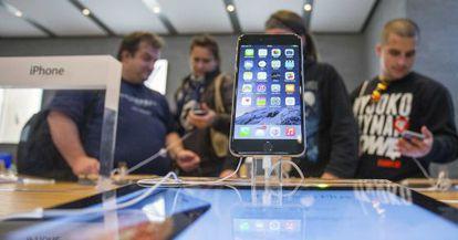 Clientes esperam para comprar o iPhone6 em Berlim.