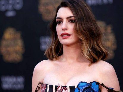 Anne Hathaway, na estreia de 'Alice através do espelho'.