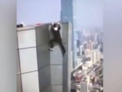 O temerario Wu Yongning, segundos antes de cair de um edifício.