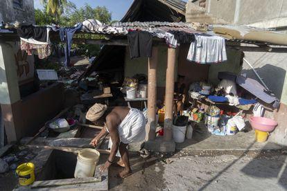 Famílias dormem fora de suas casas com medo de um novo terremoto.O Escritório de Proteção Civil do Haiti diz que há quase 10.000 feridos