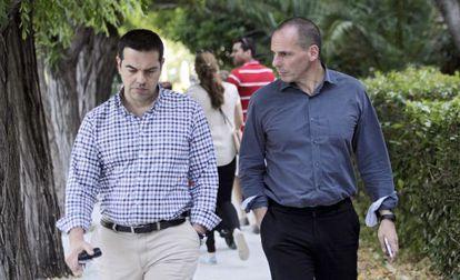 O primeiro-ministro grego, Tsipras, ao lado do ministro das Finanças, Varoufakis, no sábado, em Atenas.