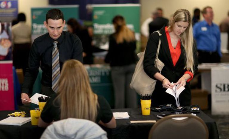 Norte-americanos se inscrevem para vagas de emprego.