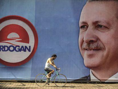 Um turco passa na frente de um cartaz eleitoral ontem em Istambul.