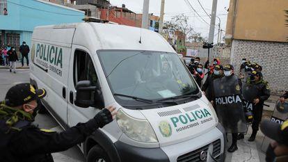 A polícia transfere os restos mortais de Abimael Guzmán para o necrotério em Lima, neste mês.