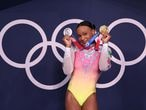 La brasileña Rebeca Andrade posa con sus dos medallas de oro y plata el 4 de agosto en Tokio.