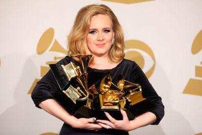 Adele ao receber seus Grammys em 2012.