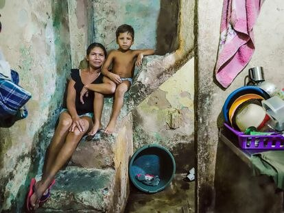 A recicladora Maria Marlúcia de Souza, de 37 anos, e um de seus filhos. Sua família, de Fortaleza (CE), era uma das que receberam o auxílio emergencial no ano passado.