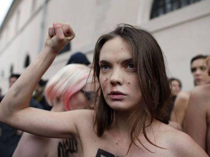 Oksana Shachko, ativista do Femen, durante um protesto em Paris em 2012