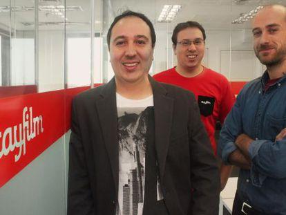 Douglas e Daniel Almeida, fundadores de Stayfilm, e Iván Aranega, diretor de criação e vídeo.
