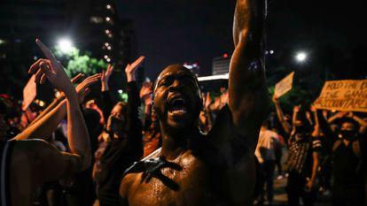 Manifestantes protestam contra o racismo e o assassinato de George Floyd, em Austin, no Texas, na noite de domingo.