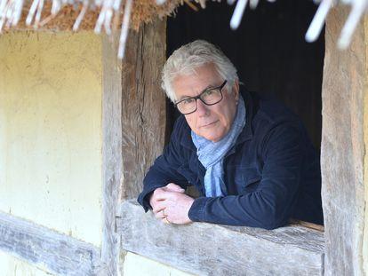 O escritor Ken Follett, no povoado anglo-saxão reconstruído de West Stow.