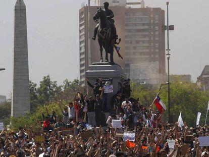 Manifestação em Santiago, na segunda-feira. No vídeo, entenda os motivos dos protestos.