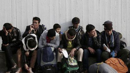 Um grupo de refugiados descansa no porto do Pireu, perto de Atenas, no dia 8 passado.