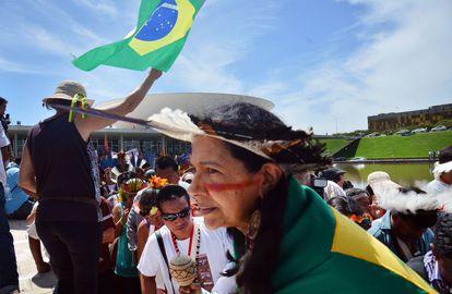 Índios protestam na marquise do Congresso Nacional em dezembro de 2015