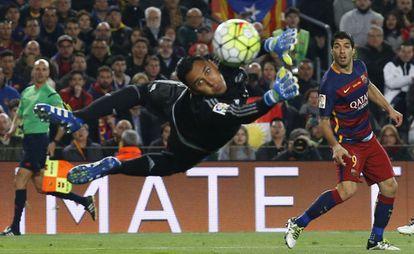 Keylor Navas desvia um chute a gol de Luis Suárez.
