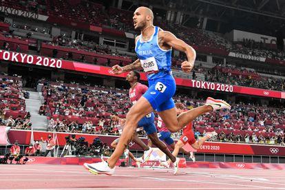 O italiano Lamont Marcell Jacobs comemora ao cruzar a chegada para vencer a final dos 100m nos Jogos Olímpicos de Tóquio.