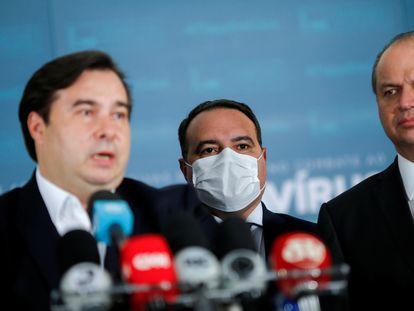 Rodrigo Maia, o ministro Jorge Oliveira, e o líder do Governo, Ricardo Barros, na entrega da reforma administrativa.