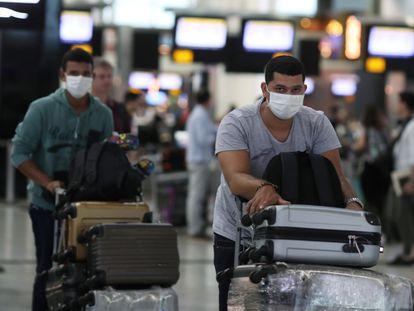 Passageiros com máscara em precaução ao coronavírus no Aeroporto de Guarulhos.