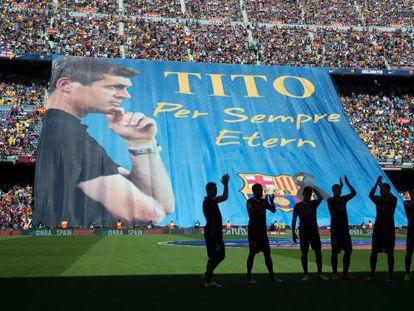 Bandeira gigante em homenagem a Tito Vilanova.