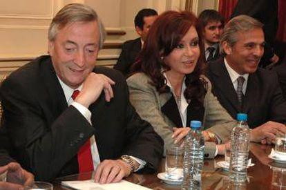 Da esquerda para a direita: os ex-presidentes da Argentina Néstor e Cristina Fernández Kirchner e o ex-governador do Neuquén, Jorge Sapag, em 2007