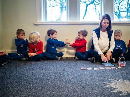 Meninos decidem com sua professora as atividades que realizarão depois.