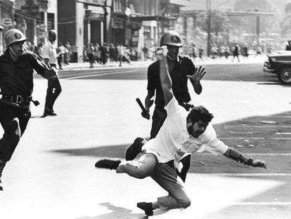 Estudante perseguido por policiais durante a ditadura.
