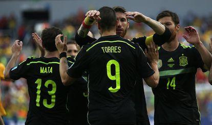 Os jogadores da seleção celebram um gol contra a Austrália.