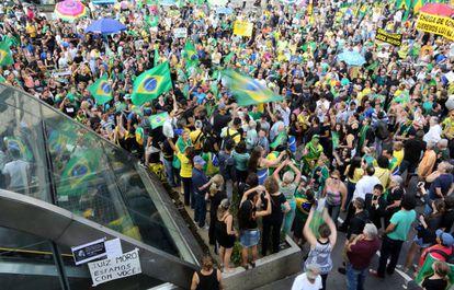 Manifestantes em frente ao prédio da Fiesp