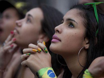 Torcedora assiste a partida Brasil e México, em São Paulo, na terça, 17