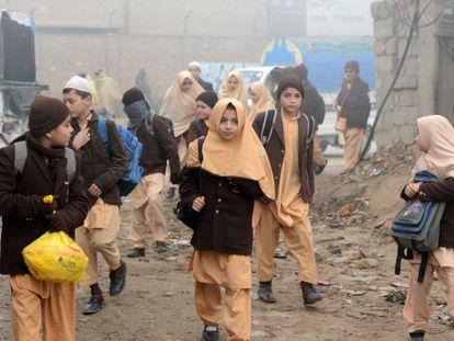 Crianças paquistanesas vão ao colégio em Peshawar, Paquistão.