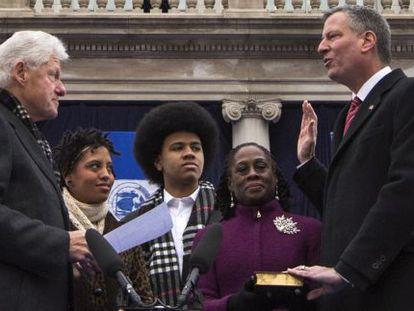 De Blasio faz juramento como prefeito de Nova York em frente a Bill Clinton.