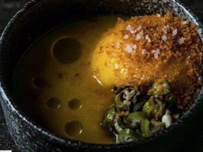 Gaspacho amarelo defumado, espuma de manga e quiabo tostado do menu do restaurante Oro, do chef Felipe Bronze.