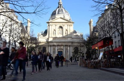 Estudantes junto à Universidade Sorbonne, no centro de Paris.