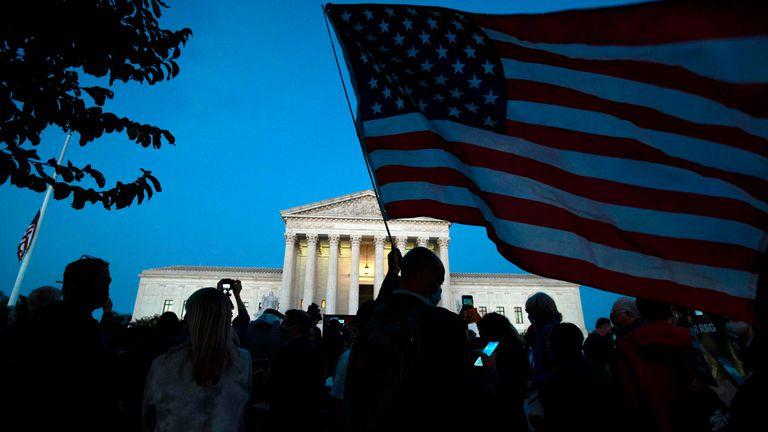 Centenas de pessoas se concentram em frente ao Supremo Tribunal em homenagem a Ruth Bader Ginsburg, no sábado.