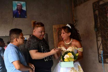 """Membros da comunidade se surpreendem com a aliança de """"casamento"""" de Valentina, embaixo de um retrato de sua avó."""