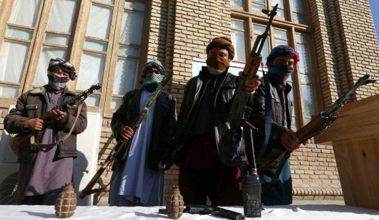 Antigos militantes talibãs deixam suas armas em Herat, no programa de anistia do Governo afegão.