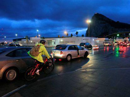 Espanhóis cruzam a fronteira para Gibraltar.
