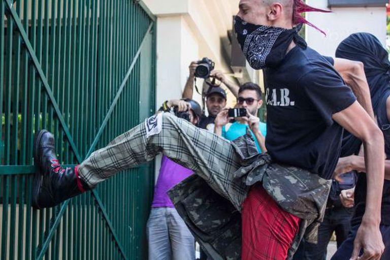 Punk tenta quebrar a chutes o portão do Palácio do Governo