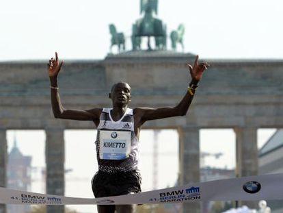 Dennis Kimetto cruza a chegada em Berlim neste domingo.