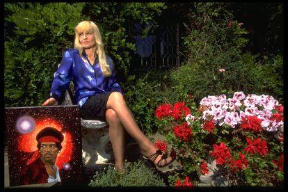 Monika Dannemann posa com quadro de Jimi Hendrix em 1995, um ano antes de morrir.
