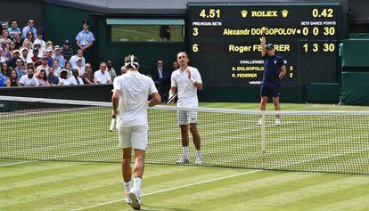 Federer e Dolgopolov, que abandonou o jogo.
