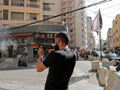 Um homem dispara sua arma no bairro de Tayuné durante os confrontos desta quinta-feira no Líbano.