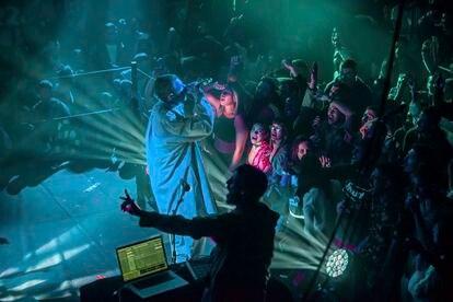 Atmosfera no clube Barby, uma sala de espetáculos no bairro de Florentin, em Tel Aviv, durante o show do cantor e compositor de hip-hop Atar Meiner.