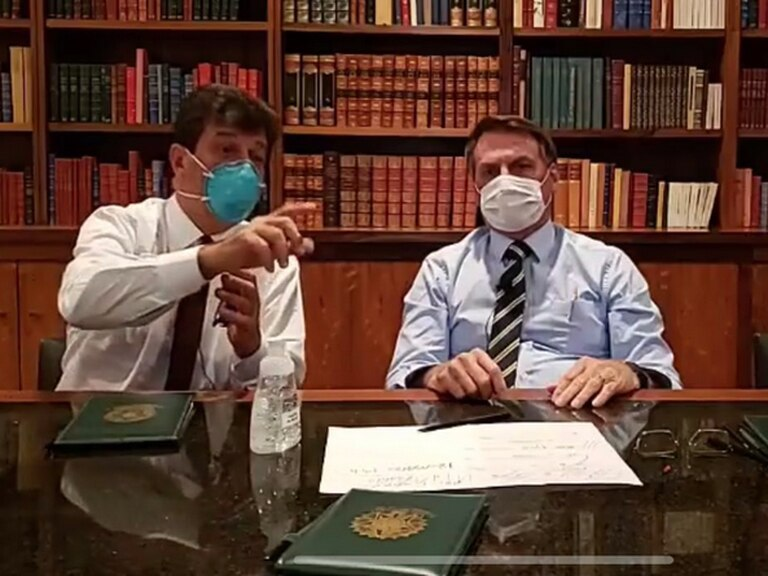 Bolsonaro faz transmissão no Facebook de máscara, após estar sendo monitorado por contato com infectado com coronavírus.