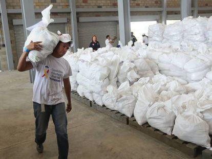 Autoridades organizam a ajuda humanitária em um centro de distribuição em Cúcuta, na Colômbia