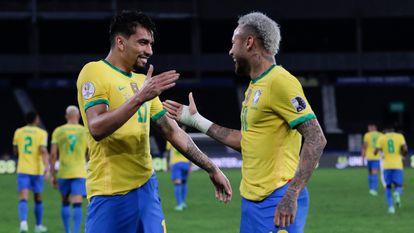Paquetá comemora gol contra o Peru com Neymar.