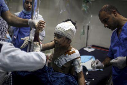Menino de 10 anos recebe atendimento médico por ferimentos causados pela ofensiva israelense, nesta quinta-feira, na cidade de Khan Younis, no sul da Faixa de Gaza.