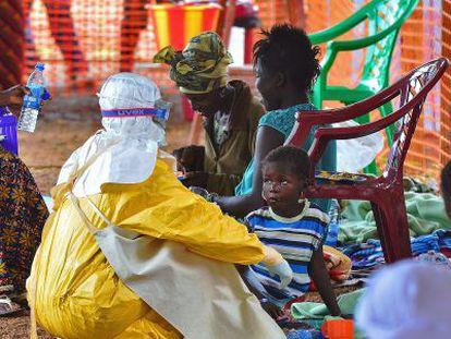 Pacientes com ebola aguardam atendimento em Kailahun, Serra Leoa.