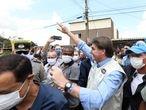 Bolsonaro cumprimenta apoiadores durante visita a obras de hospital.